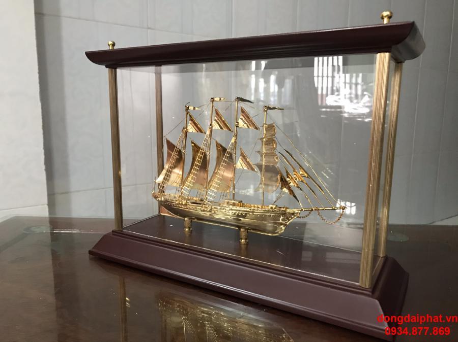 Cửa hàng bán thuyền mạ vàng 24K ở HCM